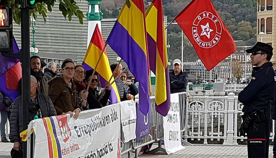 Una concentración reivindica la república durante la visita de los reyes a Donostia