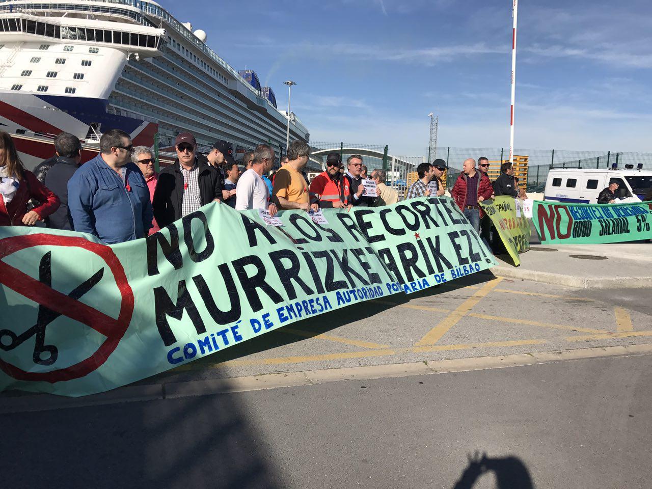 Iñigo Martinez participa en las movilizaciones de los estibadores y trabajadores portuarios en Getxo