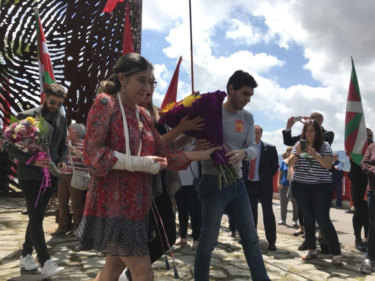 """Homenaje a los gudaris, milicianos y mujeres de la Guerra Civil ante la escultura """"Aterpe 1936 (La Huella)"""" de Artxanda."""
