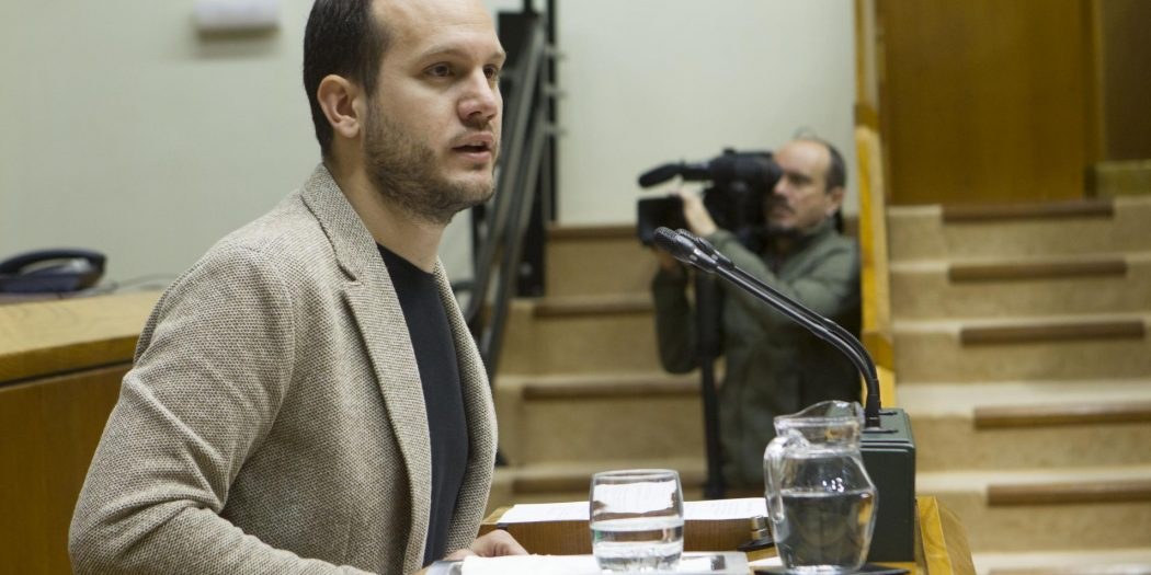 Iñigo Martinez critica el rechazo de PNV, PSE y PP a la  ILP que buscaba acabar con la segregación escolar en Euskadi
