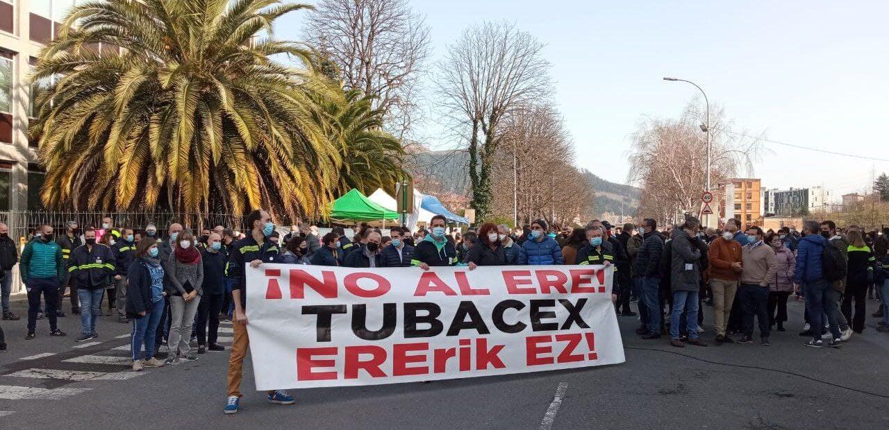 Jon Hernández defiende en el Parlamento la iniciativa planteada por la plantilla de Tubacex pidiendo la readmisión de las personas despedidas.